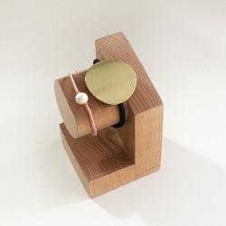 Georges, support en bois - Présentoir pour montre et bracelet - Photo avec des bijoux