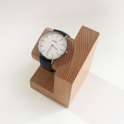 Georges, support en bois - Présentoir pour montre et bracelet - Photo 2 avec montre