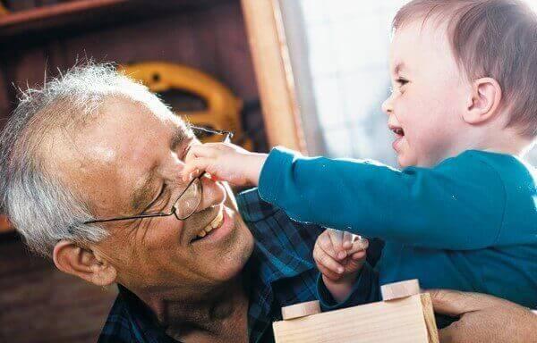 Grand-père qui joue avec son petit fils